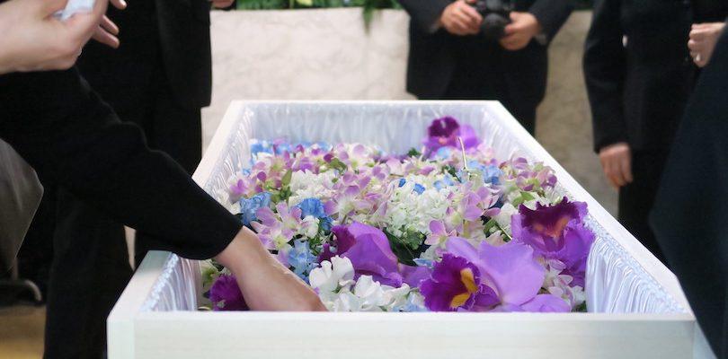 ご臨終から荼毘に付されるまでの葬儀の流れと注意するポイントを解説